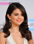 The Retro Hairstyle of Selena Gomez